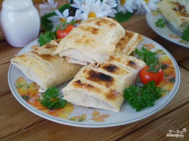 Лаваш с сыром и помидорами на костре