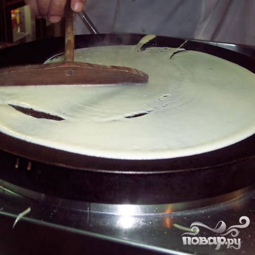 Взбить яйца с сахаром. Постепенно добавить муку, посолить и влить оливковое масло.