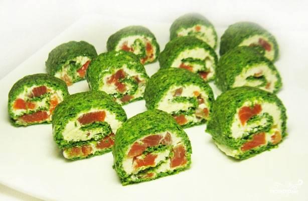 Зеленый рулет из шпината с лососем