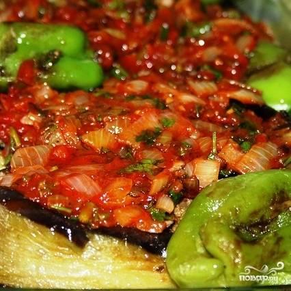 Выкладываем фаршированные баклажаны в форму для запекания, кладем туда же обжаренные перцы, заливаем все томатной пастой с луком и зеленью - и в духовку. Запекаем 20 минут при 180 градусах.
