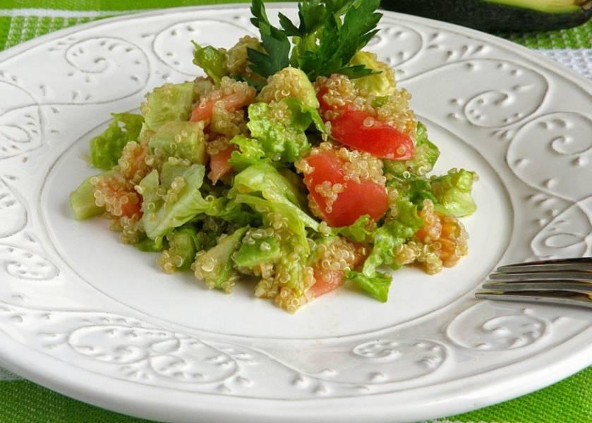 6. При желании салат с киноа и авокадо можно украсить кунжутом. Он, кроме эстетического вида, придаст салату интересный вкус.
