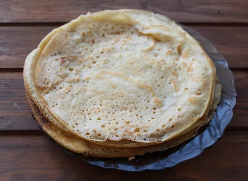 Тесто готово к обжарке блинов. Отдельно остановлюсь на соли в тесте. Кто-то любит мясные блины со сладким тестом, а кто-то с соленым. Указанное в рецепте количество соли и сахара можно менять под ваш вкус. На сковороде жарим блины как обычно это делаем.