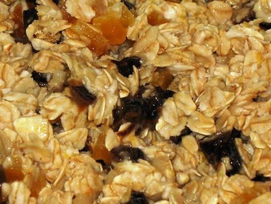 Сухофрукты мелко порежьте и смешайте с подоспевшей овсянкой, порезанной грушей и содой погашенной уксусом.