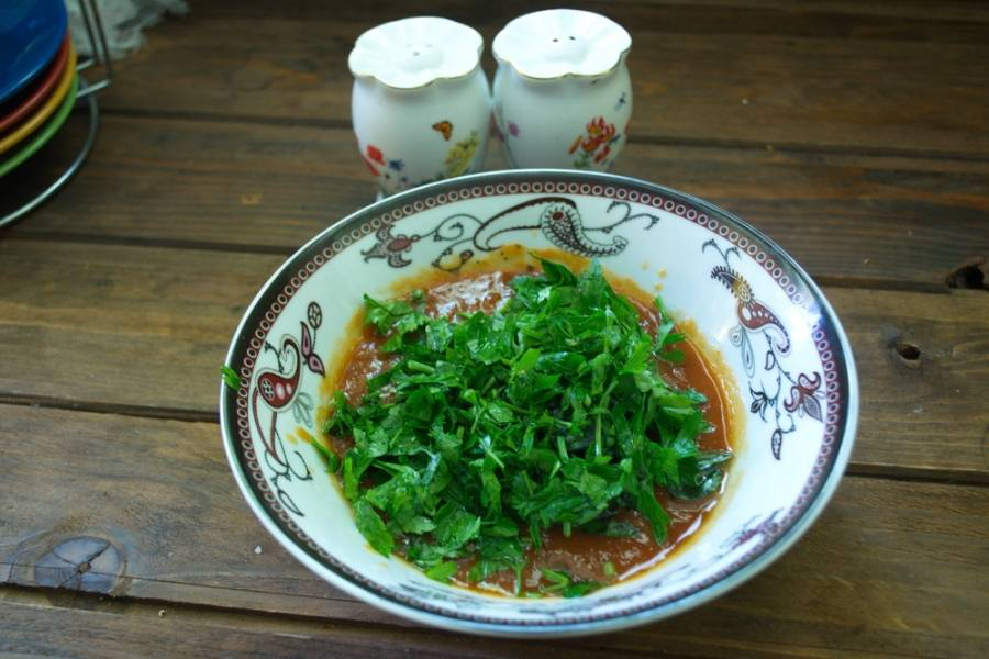 Нарежьте листики базилика и тоже добавьте в соус.