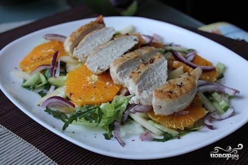 Салат с курицей и рукколой