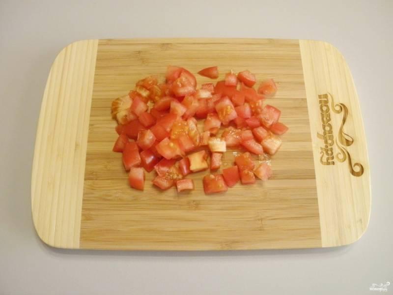 Помидор порежьте небольшими кубиками. Для этого берите тугие спелые помидоры, чтобы меньше выделилось сока.