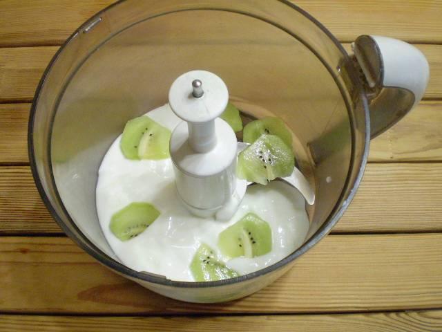 3. Йогурт и киви кладем в чашу блендера.
