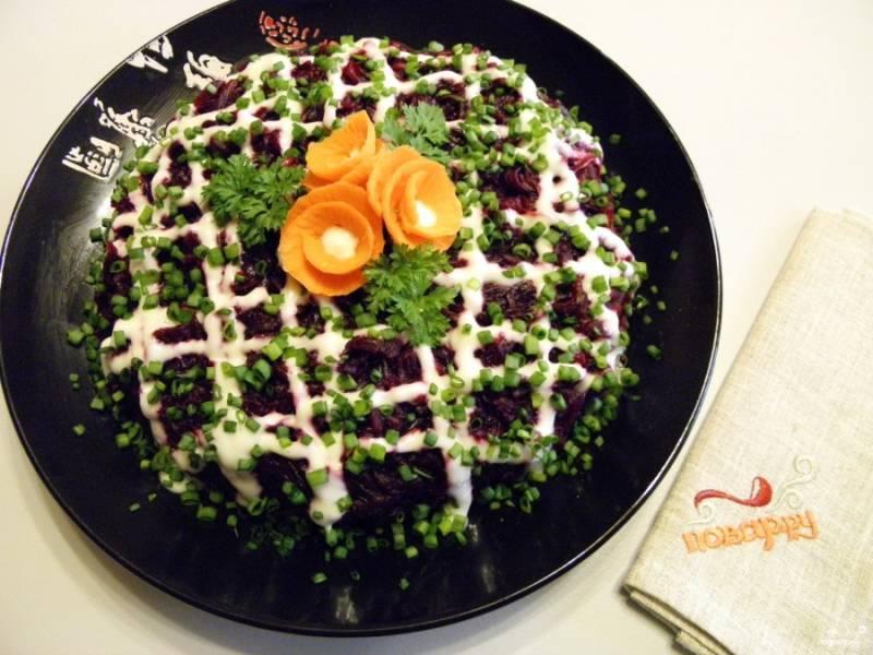 7. Оформите салат зеленым луком, розочками из моркови. Настаивайте салат не менее 15 минут в холодильнике. Приятного аппетита!