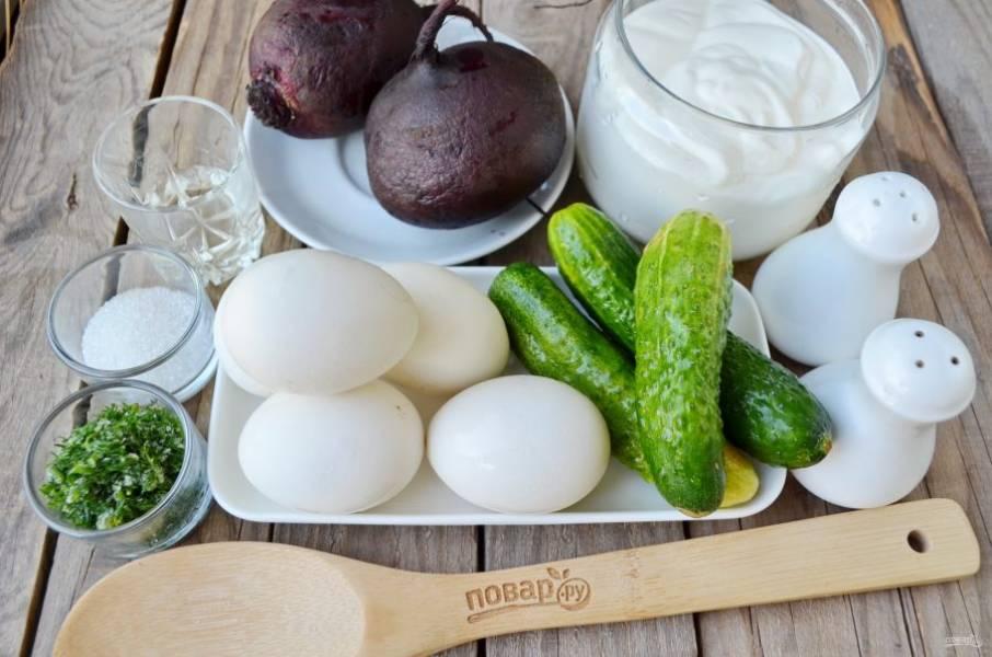 Подготовьте продукты для холодника, хлеб пока не понадобится, в нем будет только подаваться суп. Отварите свеклу и яйца, остудите хорошо, очистите. Лучше сделать это вечером, оставить продукты и воду в холодильнике, тогда утром можно будет подать суп к столу сразу, свежеприготовленным.
