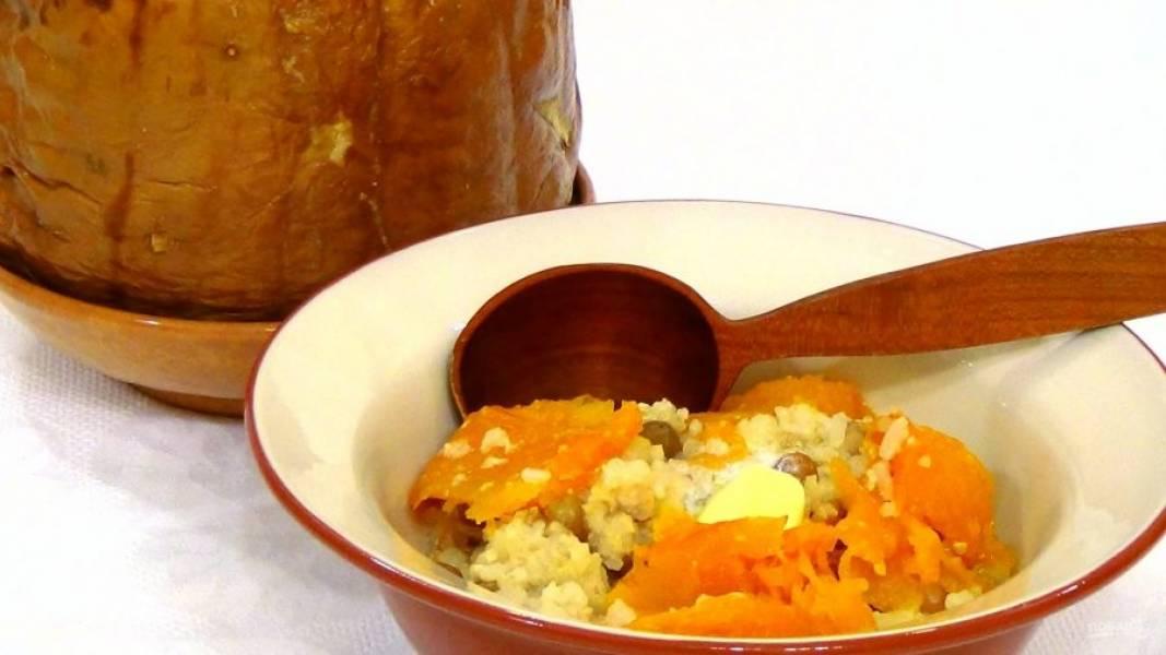 4. Подавайте кашу, срезая стенки готовой тыквы. Приятного аппетита!