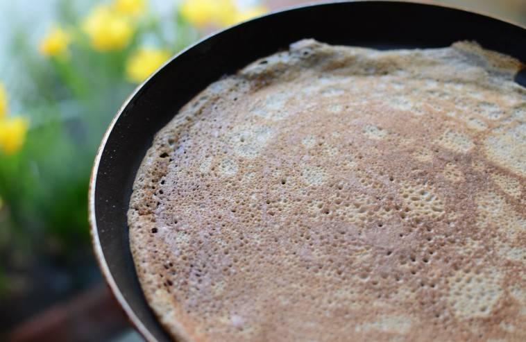 Замесить тесто из муки, яйца, молока и соли.