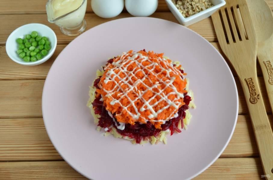 5. Далее — слой вареной моркови.