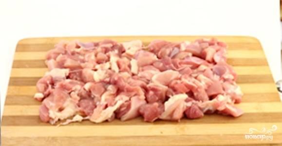 Куриное мясо порежьте на порционные кусочки.