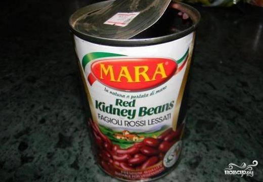 Теперь очередь фасоли - добавляем в суп все содержимое банки - и фасоль, и томатный соус. Варим еще минут 10-15 и убираем с огня.