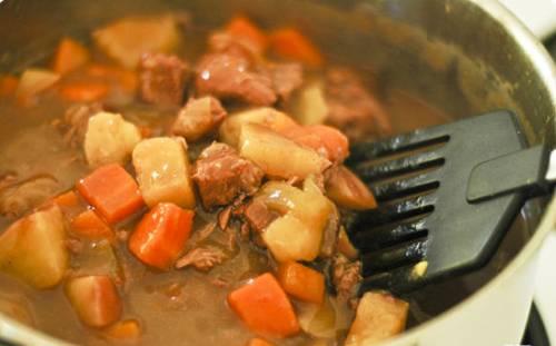 Переливайте соус в кастрюлю к мясу и овощам. Хорошо перемешайте, попробуйте, может нужно добавить соль. Закрывайте кастрюлю крышкой, дальше готовьте на маленьком огне еще 1 час. Все готово, выключайте огонь и дайте жаркому немного остыть.