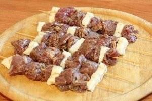 На шампура нанизать сало, мясо и снова. Первым и последним кусочком  должно быть сало.