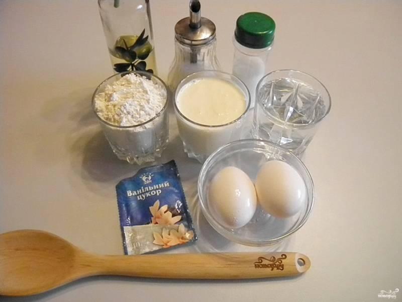 Подготовьте продукты для блинов. Отмерьте стакан воды, и поставьте чайник закипать.