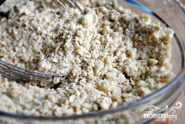 2. Масло нарезать на мелкие кусочки. Добавить нарезанное холодное сливочное масло в сухие ингредиенты. Перемешать смесь пальцами или венчиком, пока она не будет напоминать крошки. Отложить в сторону 1 стакан этой смеси.
