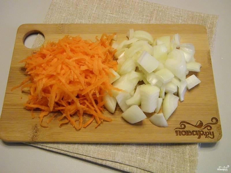 Лук порежьте кубиками. Морковь натрите на терке.