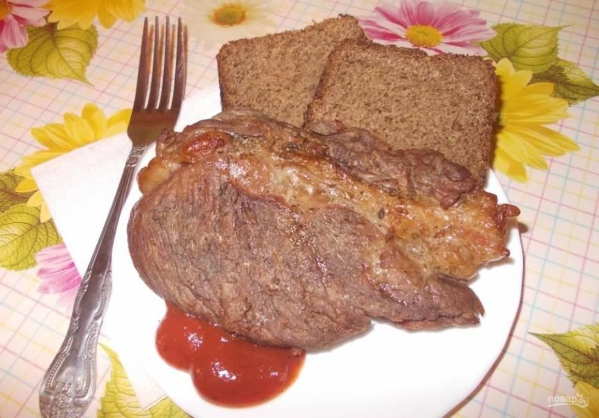 4. Мясо подаю с любым соусом (у меня был обычный кетчуп) а также с несколькими ломтиками черного хлеба.
