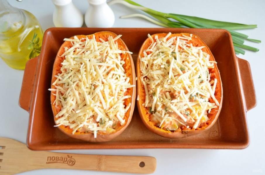 Сверху распределите оставшиеся 50 г сыра. Отправьте тыкву в духовку на 20 минут, температура — 200-220 градусов.