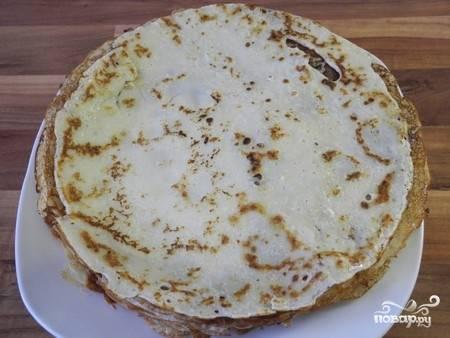 4. Разогрейте как следует сковороду, жарьте на ней тоненькие блинчики. При желании их можно дополнительно смазывать сливочным маслом.