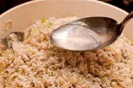 Сваренное куриное мясо перекручиваем через мясорубку и добавляем к подготовленному луку. По вкусу добавляем соль и молотый перец. Начинка получится слегка суховатой, поэтому добавляем к ней куриный бульон.