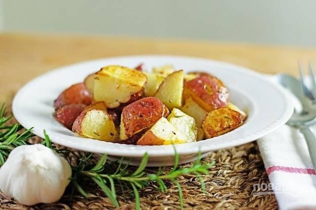 Запеченный картофель с чесноком и розмарином