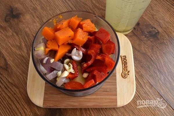 Поместите готовые овощи в блендер, добавьте  по желанию измельченный чеснок и пробейте до состояния пюре. Добавляйте горячий овощной бульон постепенно, доводя суп до желаемой густоты.