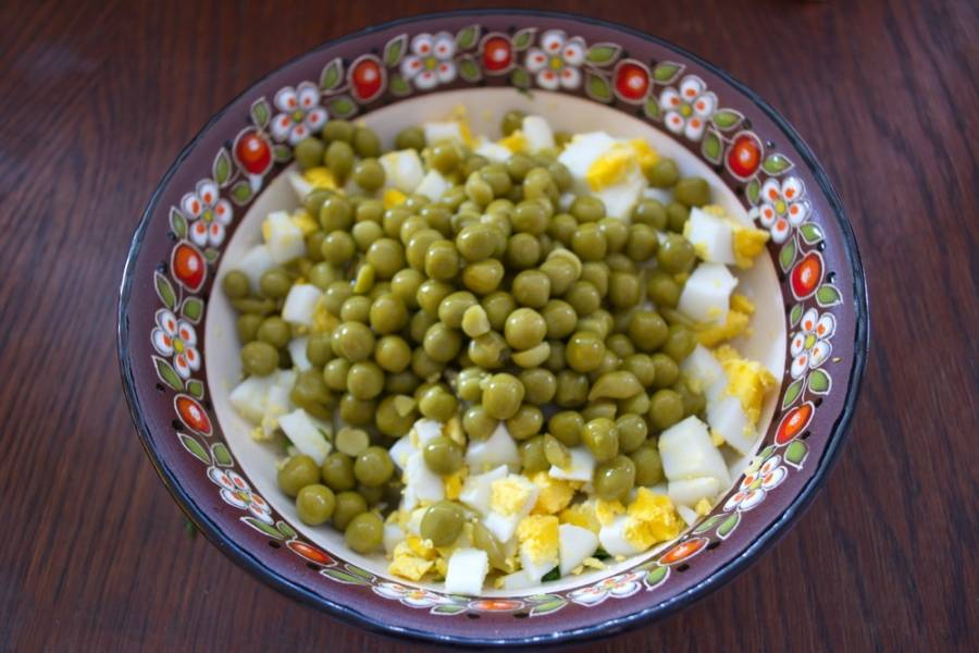 Консервированный горошек (без жидкости) добавьте в салатник.