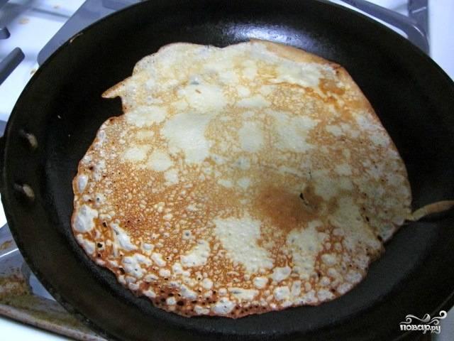 Блины выпекаем на раскаленной сковороде, предварительно смазанной маслом для жарки. Жарим их с обеих сторон по две-три минуты.
