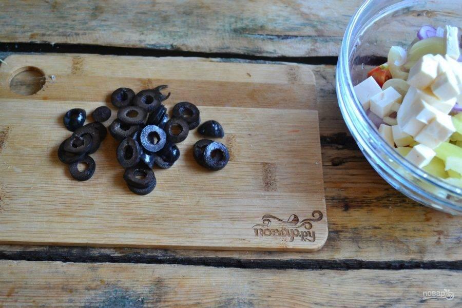7. Оливки можете порезать кружочками, а можете добавить в салат целыми, или разрезанными пополам.