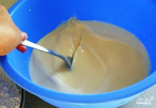 Смешиваем стакан подогретого молока (150 мл.), приготовленную нами опару (из первого пункта) и яично-масляную смесь.