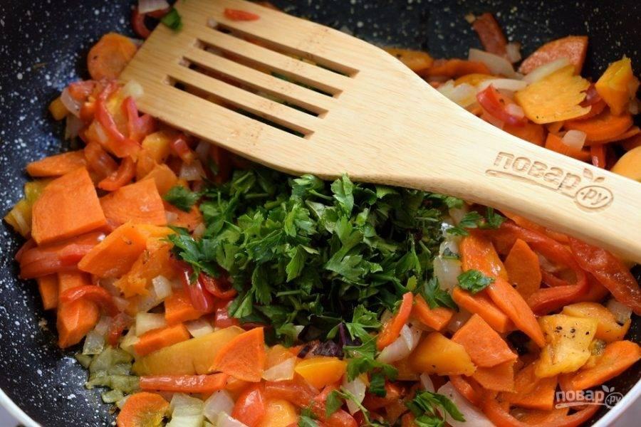 Разогрейте на сковороде масло, обжарьте овощи до румяной корочки. Добавьте 1 ч.л. соли, гвоздику, измельченную зелень и перемешайте.