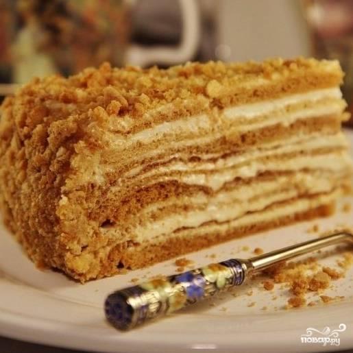 """Отправляем торт в холодильник хотя бы на 5-6 часов, после чего """"Медовик"""" будет готов к употреблению. Приятного аппетита! ;)"""