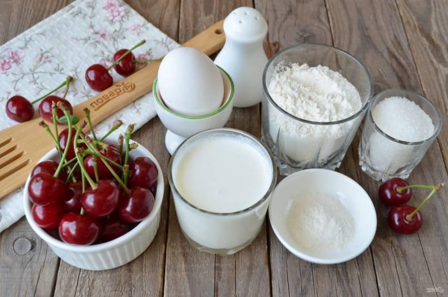 Подготовьте продукты. Вишни вымойте, оборвите хвостики и удалите косточки. Положите вишенки на сито, пусть лишний сок стечет.