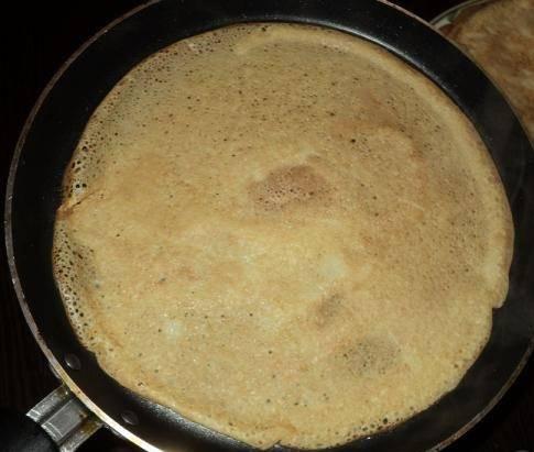 6. Когда тесто готово можно приступать к жарке. Сковороду нужно как следует разогреть и вылить небольшую порцию теста.