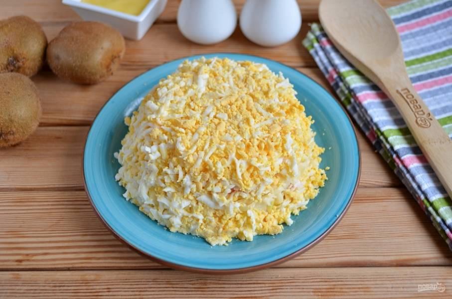 Следующий слой — тертые яйца и майонез.