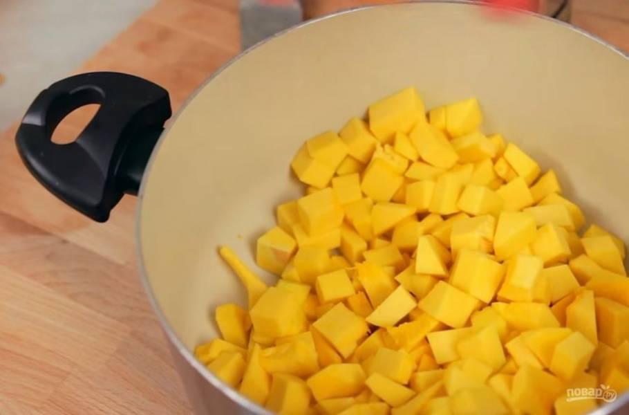 1. Для начала очистите тыкву от кожуры и семечек и нарежьте небольшими кубиками. Затем с помощью мелкой терки снимите цедру с одного лимона и одного апельсина, добавьте ее к тыкве.