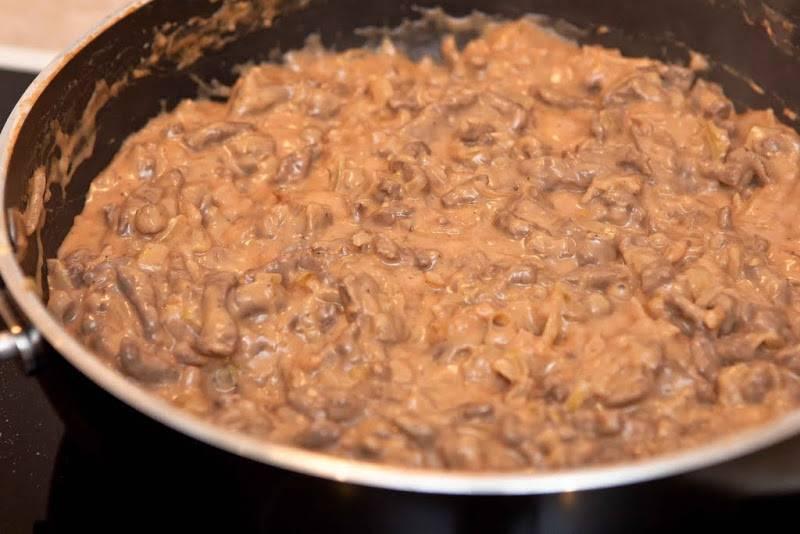 Солим, перчим по вкусу. Добавляем томатную пасту, перемешивая тушим около 5 минут. Готово!