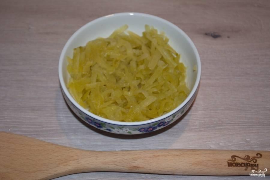 Куриное филе поместите в кастрюлю. Залейте водой и поставьте вариться. У меня кастрюля в 3 литра. Пока мясо варится, очистите соленые огурцы от шкурки и натрите их на крупной терке.
