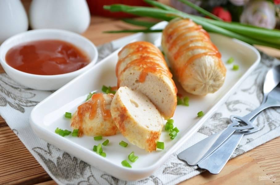 Готовые сосиски обжарьте на чайной ложке сливочного или растительного масла до красивой корочки. Подавайте горячими с любимыми соусами!