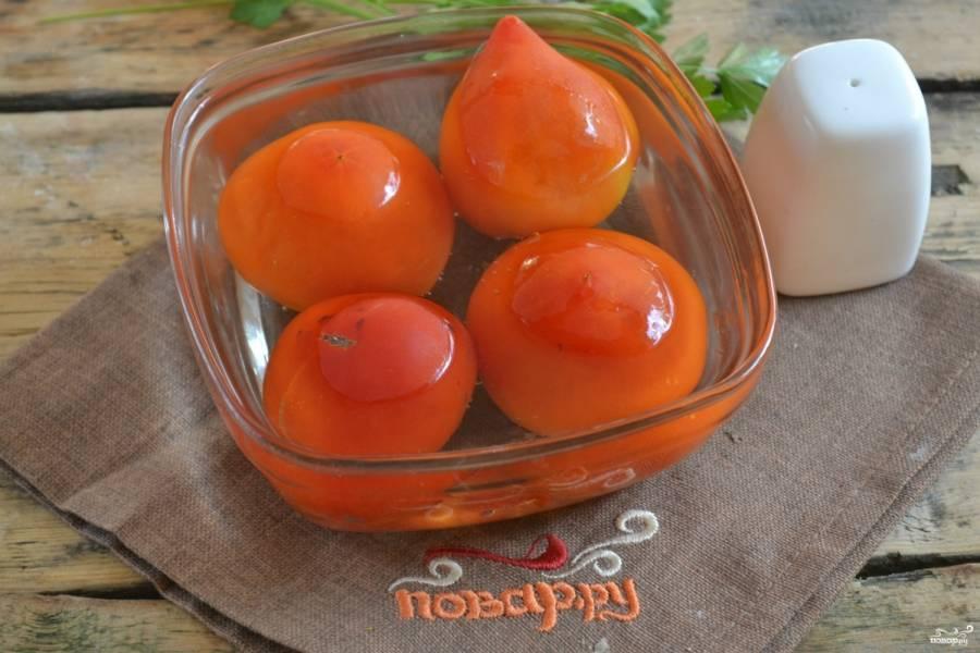Помидоры на несколько минут залейте кипятком. Затем обдайте холодной водой и очистите от кожицы. Сделайте из помидор пюре удобным для вас способом.