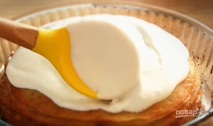 7. Взбейте яичный белок до пены, затем добавьте сахарную пудру и продолжите взбивать до густых пиков. Покройте белком пирог и верните в духовку на 5-8 минут.