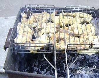 Затем рыбу раскладываем на решетку и жарим на средних углях. Чтобы рыба получила бронзовый оттенок, советуют добавить ст. ложку сахарной пудры. Жариться сом достаточно быстро.