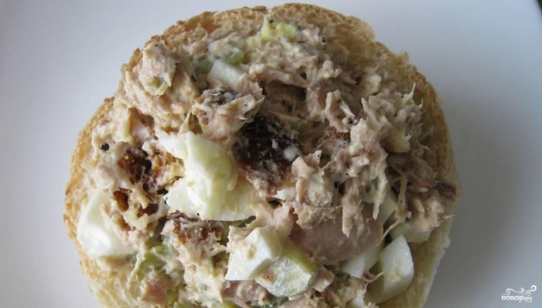 """3. Теперь выкладываем салат в """"Корзинку"""" из булочки, а сверху выкладываем маслинку. Накрываем наш салатик другой частью булки."""