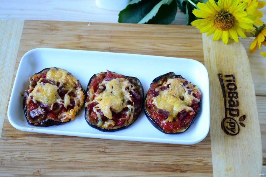 Запекайте мини-пиццы на баклажанах при температуре 180 градусов 15-20 минут. Как только баклажаны хорошо поджарятся, а сыр расплавится и подзолотится, доставайте блюдо из духовки. Подавайте закуску горячей и приятного аппетита!