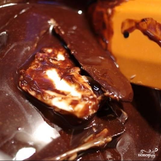 На водяной бане (над кастрюлькой с кипящей водой) растапливаем шоколад и сливочное масло.