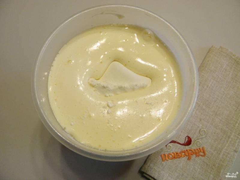 4. Всыпьте муку, снова включите миксер и сделайте тесто однородным, без комочков. Можно добавить щепотку ванилина для аромата.