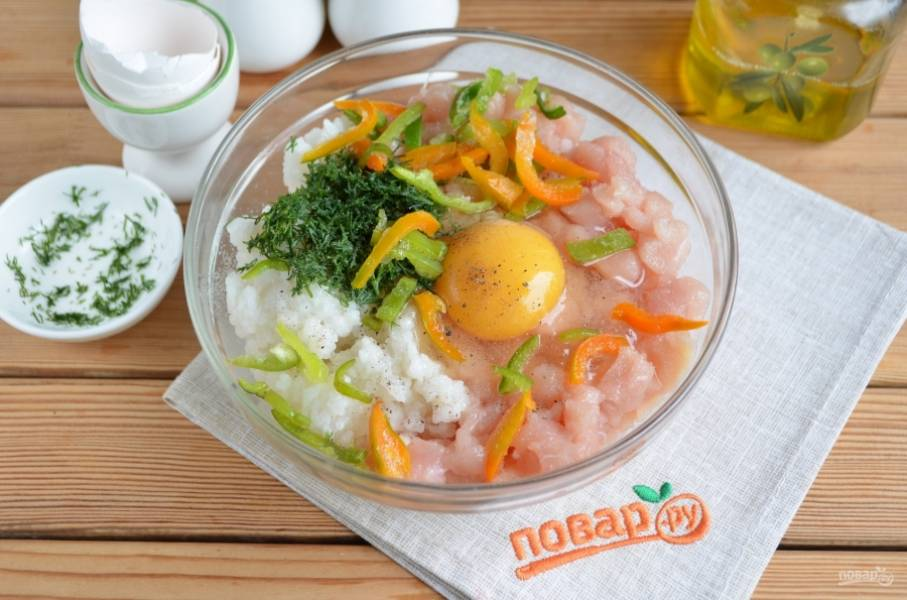 Смешайте вареный теплый рис с мясом, укропом и перцем, посолите и поперчите по вкусу. Вбейте сначала одно яйцо, посмотрите на густоту фарша. Если фарш густой, вбейте еще одно яйцо. Перемешайте.